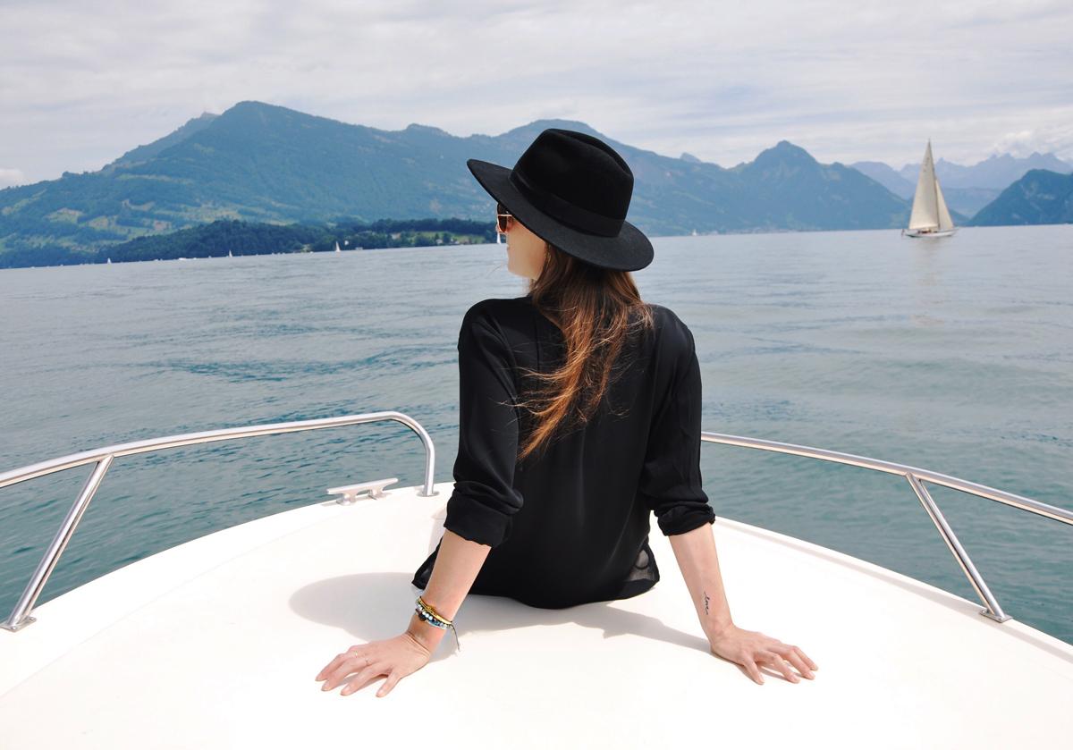 Fashionblogger, Andrea Steiner von Strawberries 'n' Champagne trägt Schmuck von NK Design aus Zürich, dazu Hut und Bluse von H&M.