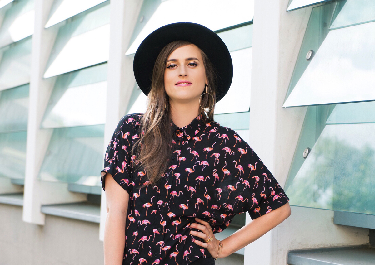 Andrea Steiner, Fashionblogger from Strawberries 'n' Champagne is wearing a flamingo blouse from Topshopt with Jeans from River Island and a hat from H&M. The shoes are also from Topshop and the bag is from a small store in Hong Kong.