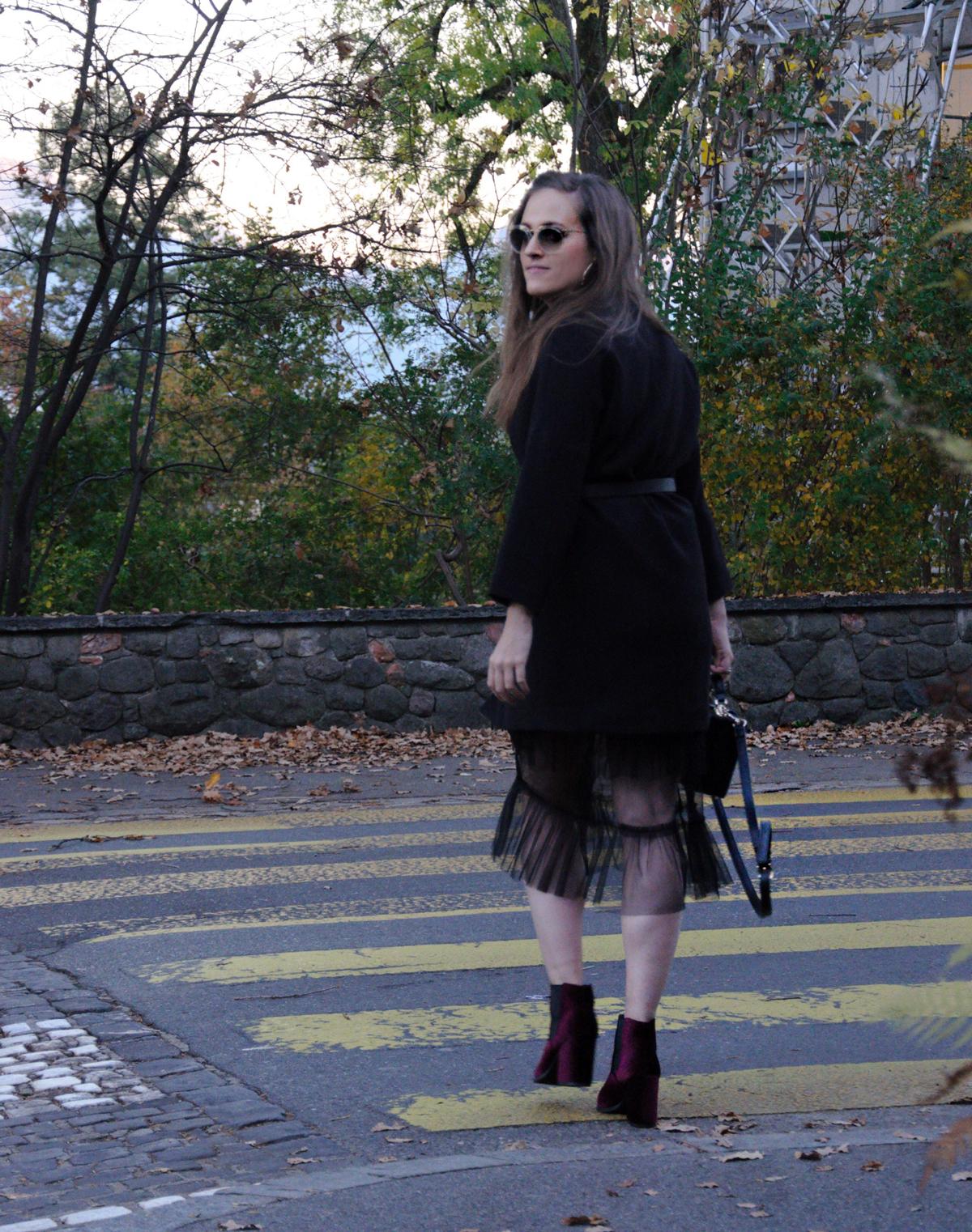 Andrea Steiner, Fashionbloggerin von Strawberries und Champagne trägt ein Herbstoutfit.