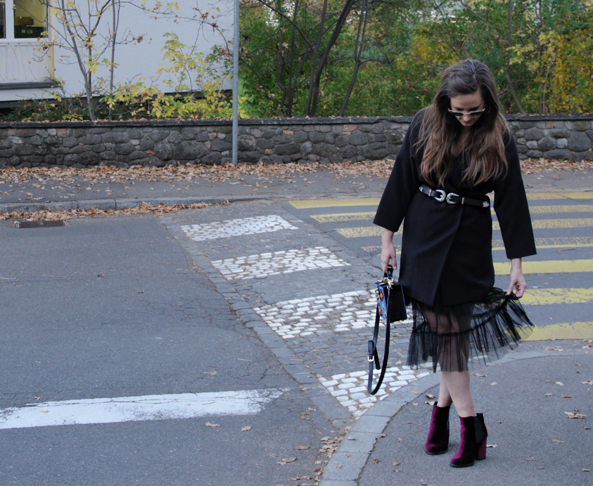 Andrea Steiner, Modebloggerin von Strawberries 'n' Champagne trägt ein Herbstoutfit.