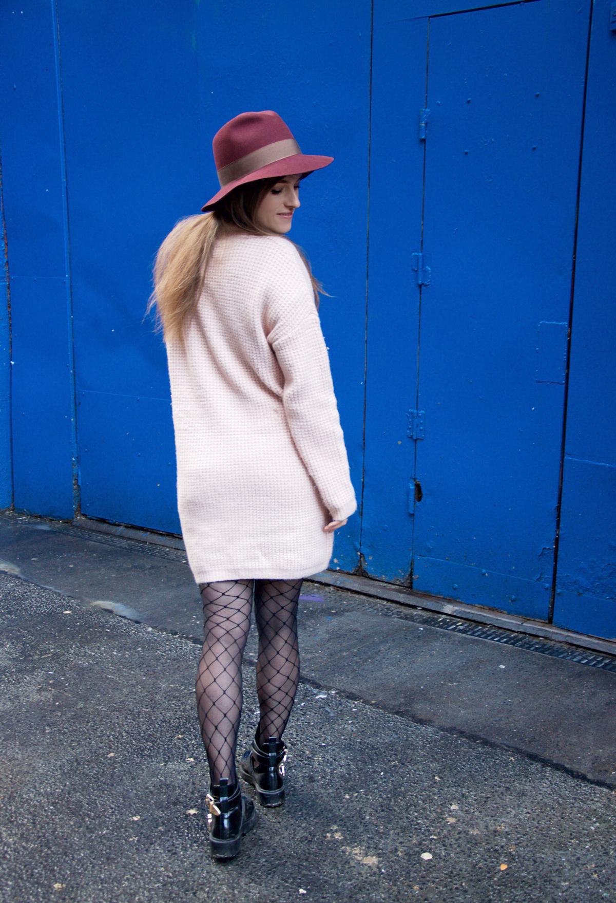 Fashion blogger Andrea Steiner von Strawberries 'n 'Champagne zeigt ihr bequemstes Outfit für einen Städtetrip und trägt fishnet Strümpfe von asos.