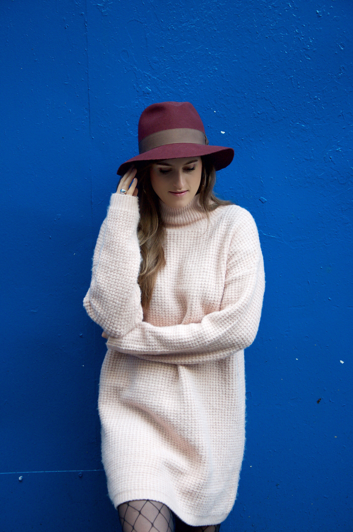 Fashion blogger Andrea Steiner von Strawberries 'n 'Champagne zeigt ihr bequemstes Outfit für einen Städtetrip - und trägt einen pinken oversize Pullover von asos.