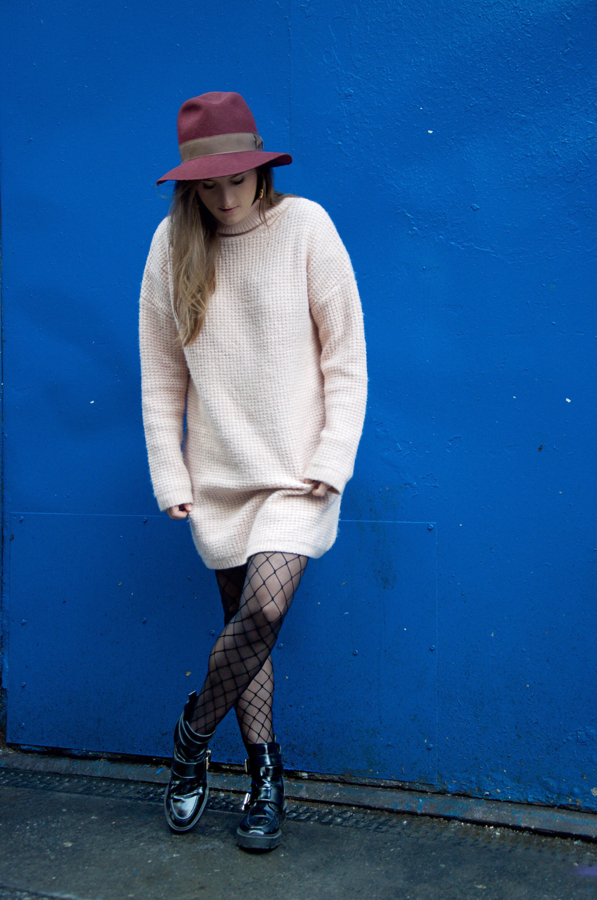 Travel blog Strawberries & Champagne with a comfortable outfit for a short city trip in Dublin and wear a oversize sweater from asos.