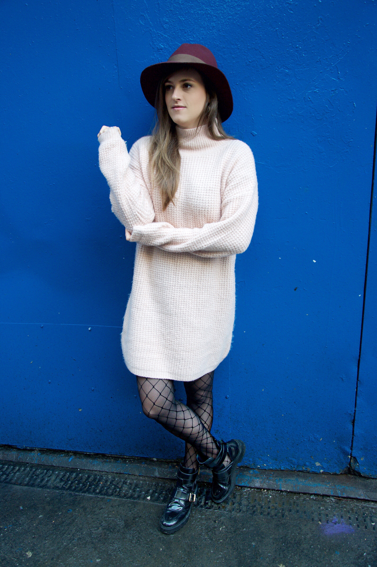 Fashion blog Strawberries and Champagne with a comfortable outfit for a short city trip in Dublin and wear a oversize sweater from asos.