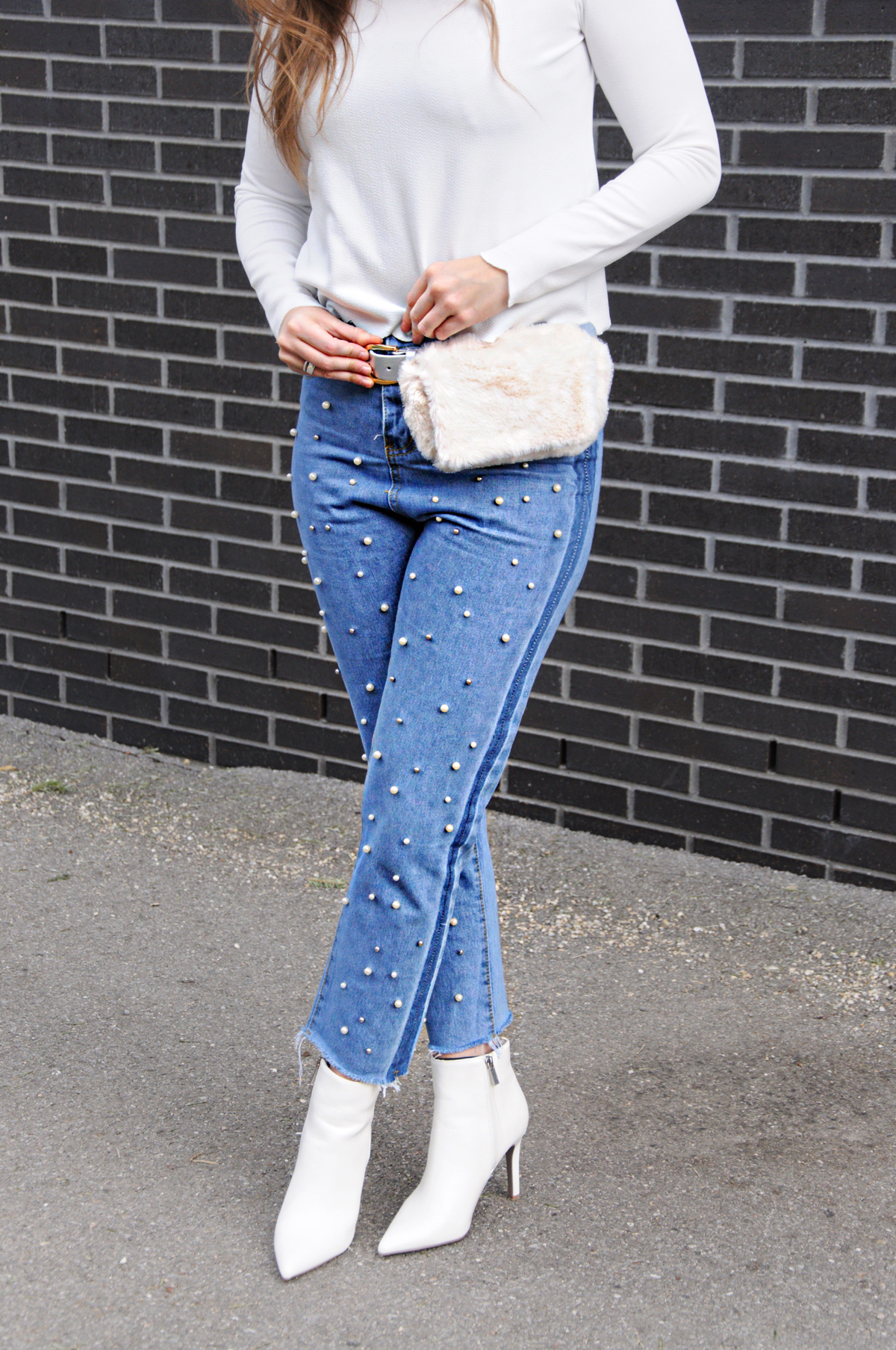 Swiss Blogger from Lucerne, Andrea Steiner give some amazing fashion tips on her blog Strawberries & Champagne about fanny packs and how to wear it.