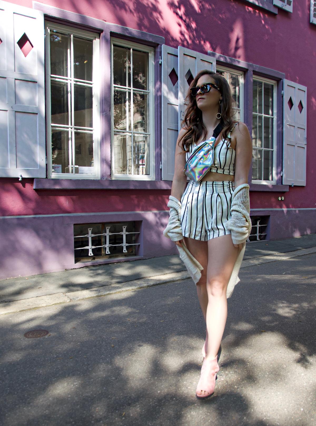 Andrea Steiner ist eine Mode Bloggerin aus Luzern in der Schweiz und schreibt ihrem Blog über Stylings und Trends. Heute ein Sommerlook mit einem Streifenset-Outfit, rosa Schuhe und Bachtasche.