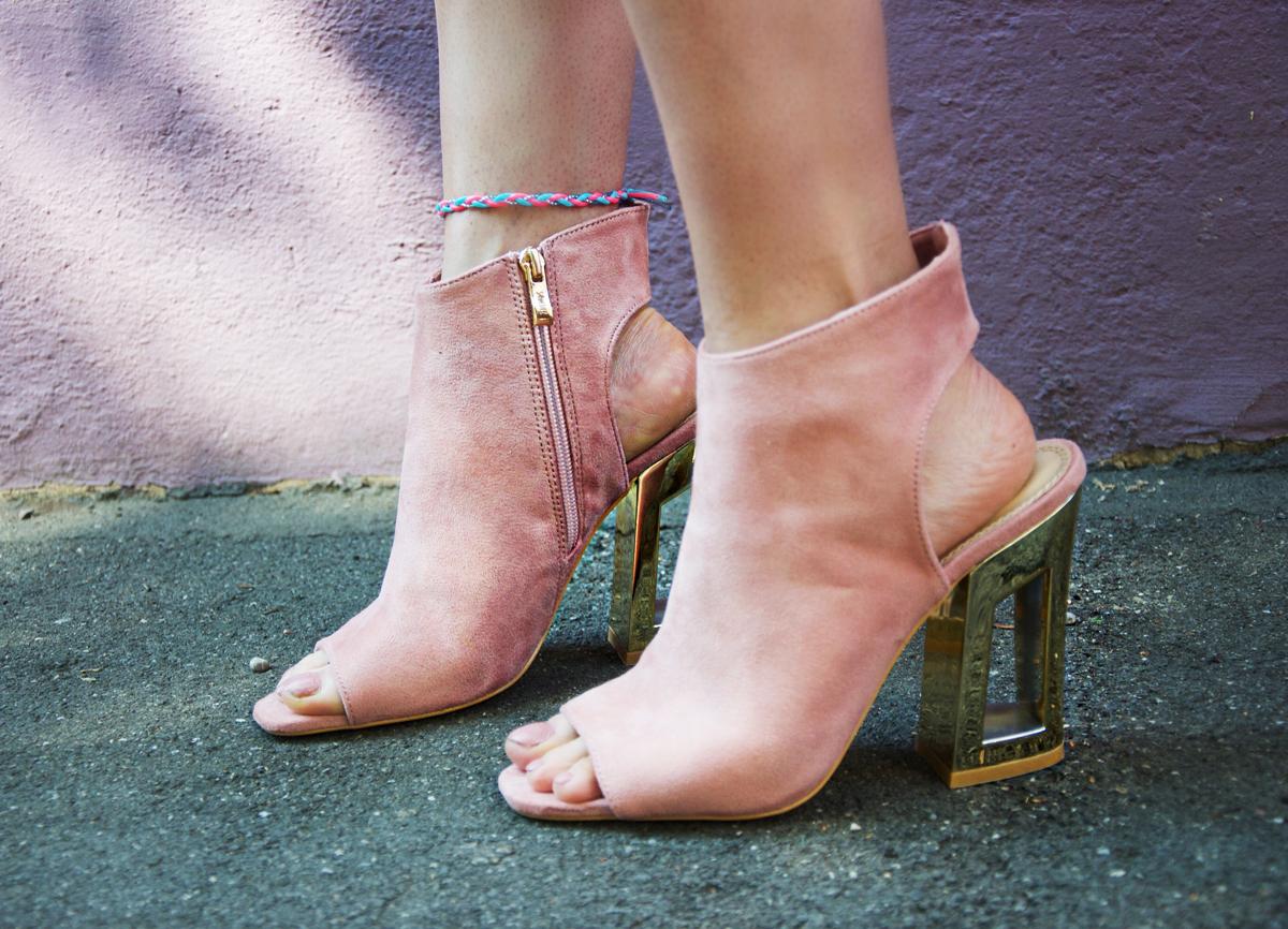 Andrea Steiner ist eine Mode Bloggerin aus Luzern in der Schweiz und schreibt ihrem Blog über Stylings und Trends. Heute ein Sommerlook mit einem Streifenset-Outfit, rosa Schuhe und Bachtasche