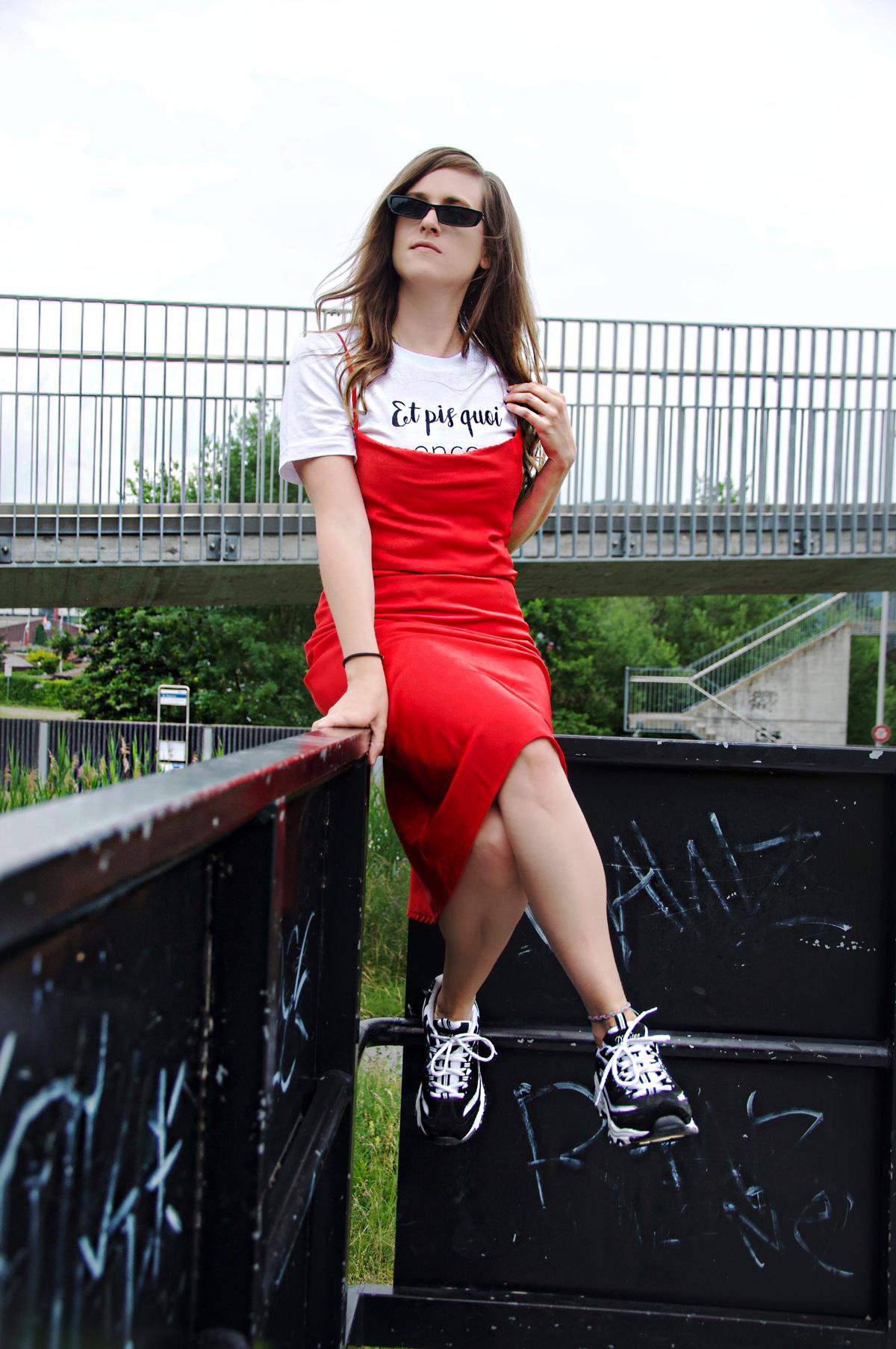 Layering Look mit einem roten Kleid, darunter ein bedrucktes T-Shirt sowie Sneakers und einer Jacke. Mehr dazu auf dem Mode Blog Strawberries 'n' Champagne von Andrea.