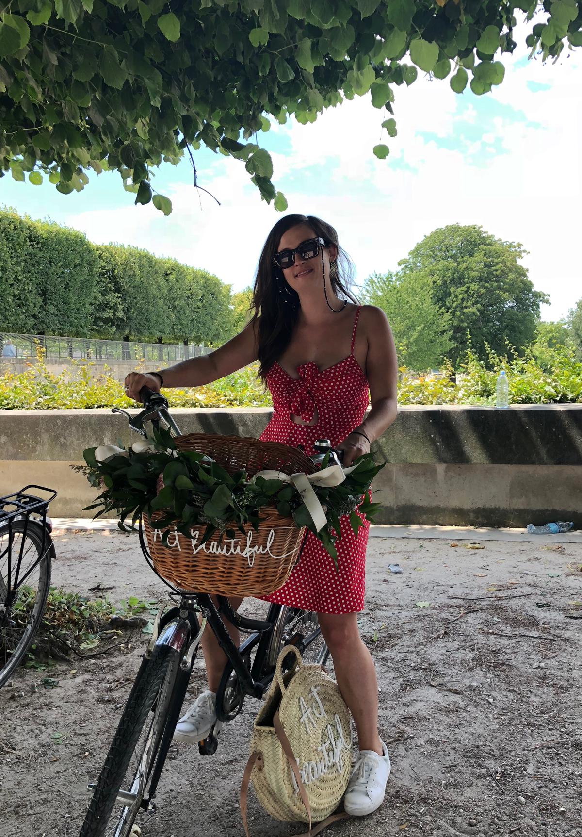 Mit dem blumendekorierten Fahrrad durch Paris.