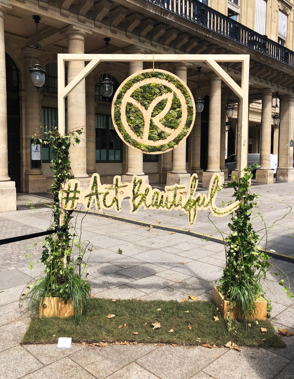 Die botanische Kugel von Yves Rocher am Place Colette in Paris.