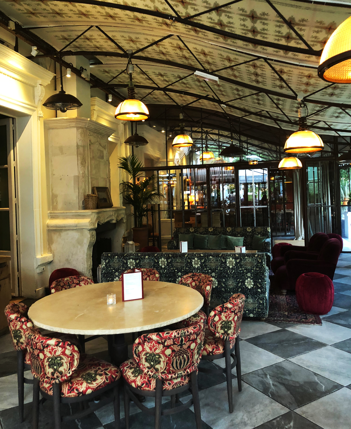 The restaurant L'Ile is such a pretty place in Paris. It is a mix between typical french and boho.