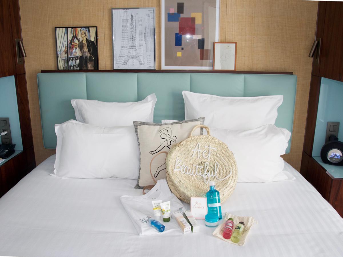 Im Hotel Eiffel Blomet an der rue Blomet in Paris ist das Bett mit wunderschönen Yves Rocher Produkten geschmückt.