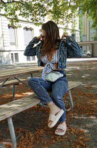 Der komplette Jeans Look oder auch all-over-jeans look genannt mit Jeanshose und Jeansjacke, dazu Slippers von Zaxy. Andrea Steiner vom Mode Blog Strawberries 'n' Champagne zeigt zudem die neusten Denim Trends für den Herbst/Winter 2018/2019.