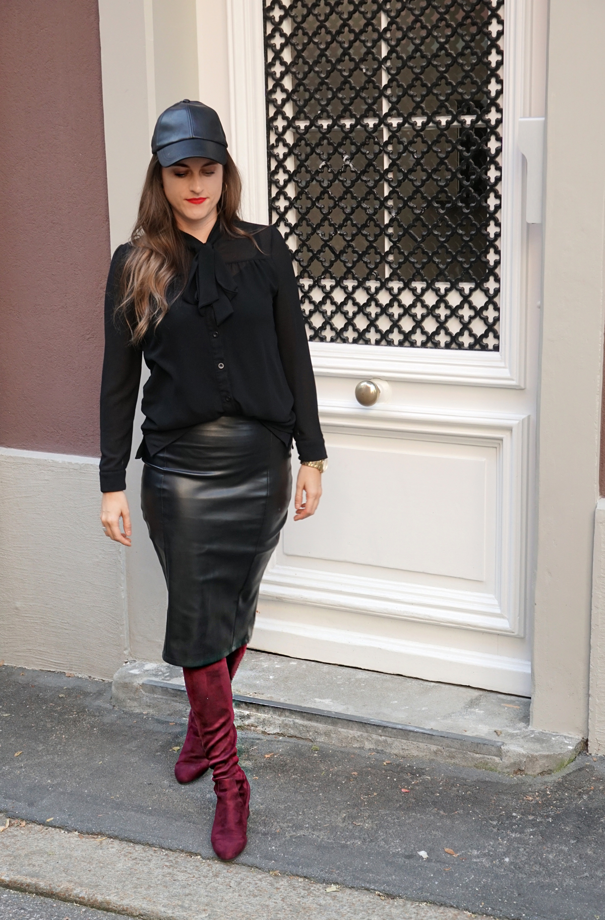 Outfit for fall. Leather skirt with a leather cap and overknees.