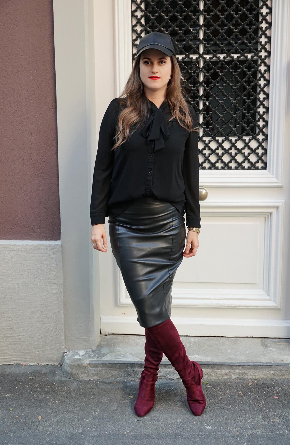 Outfit für den Herbst. Lederrock mit Lederhut und Overknees.