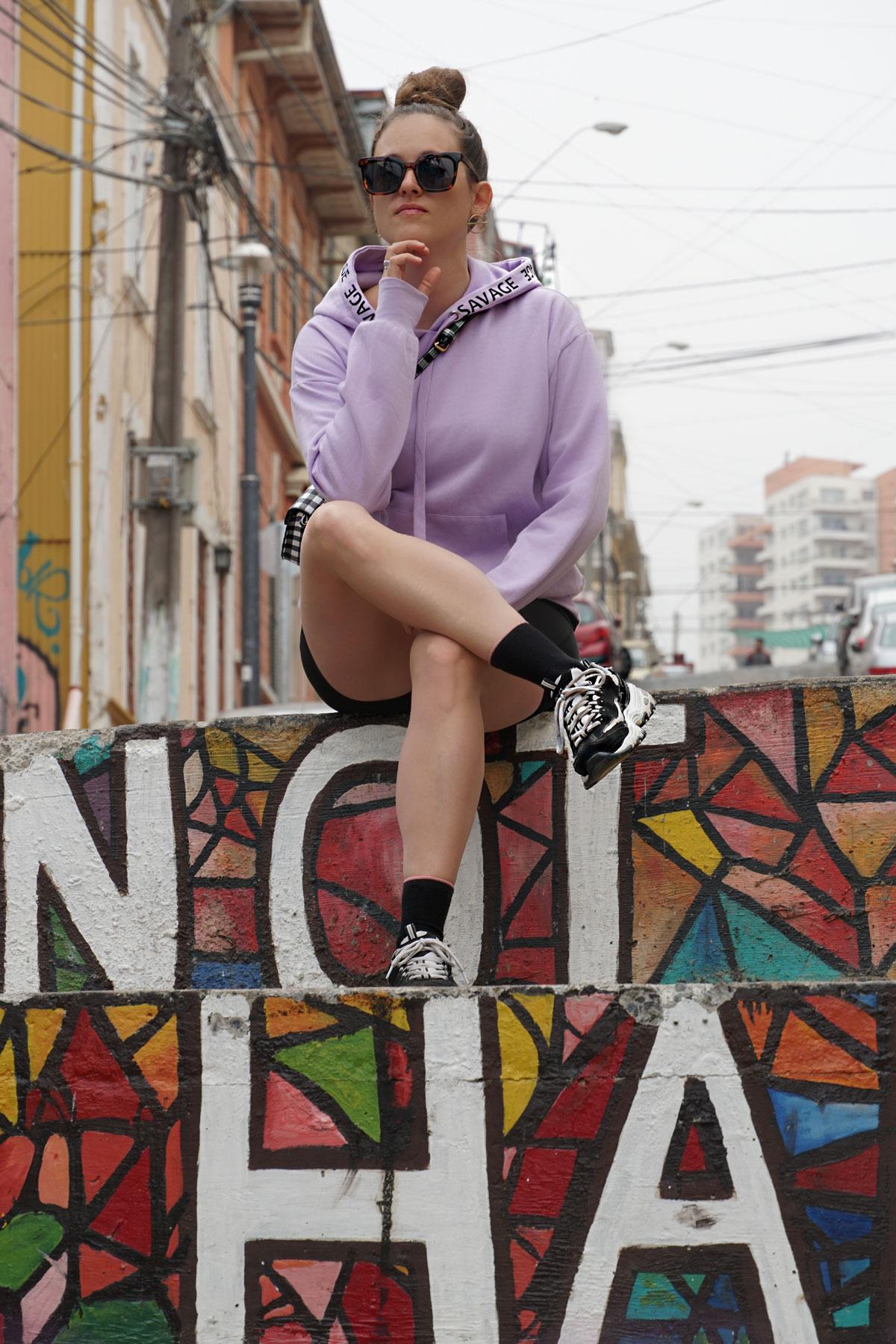 Trendfarbe Lila mit kurzen Leggings und Sneakers.
