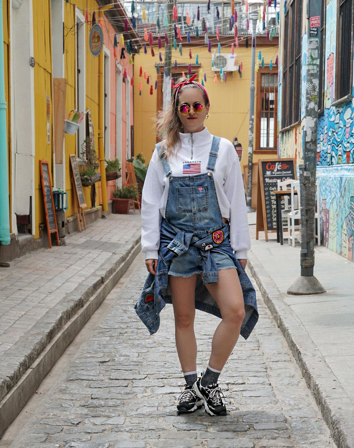 Latzhosen Trend mit Pullover und Sneakers