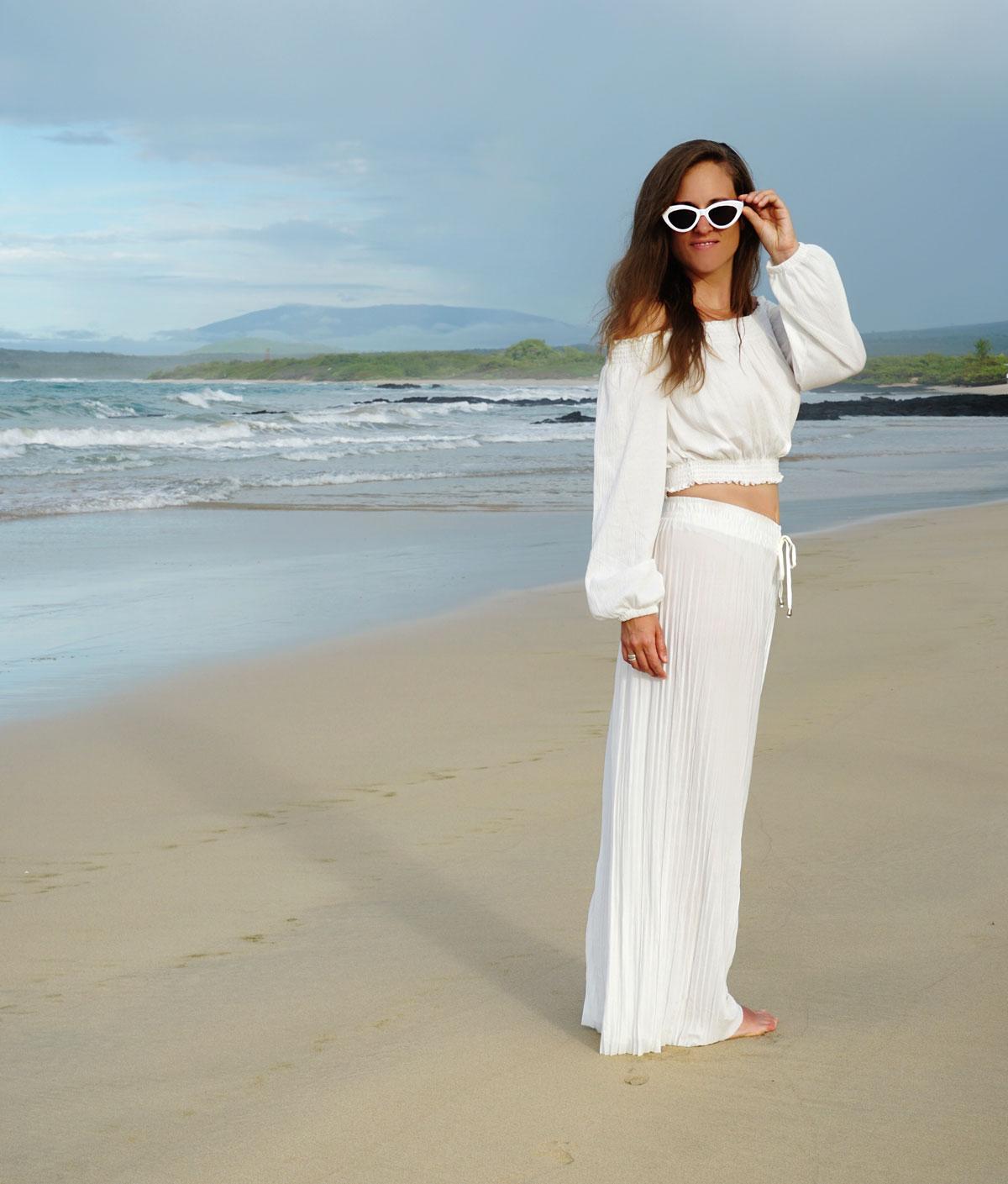 Ein All-in-White Sommeroutfit mit weisser Hose und weissem schulterfreiem Top.